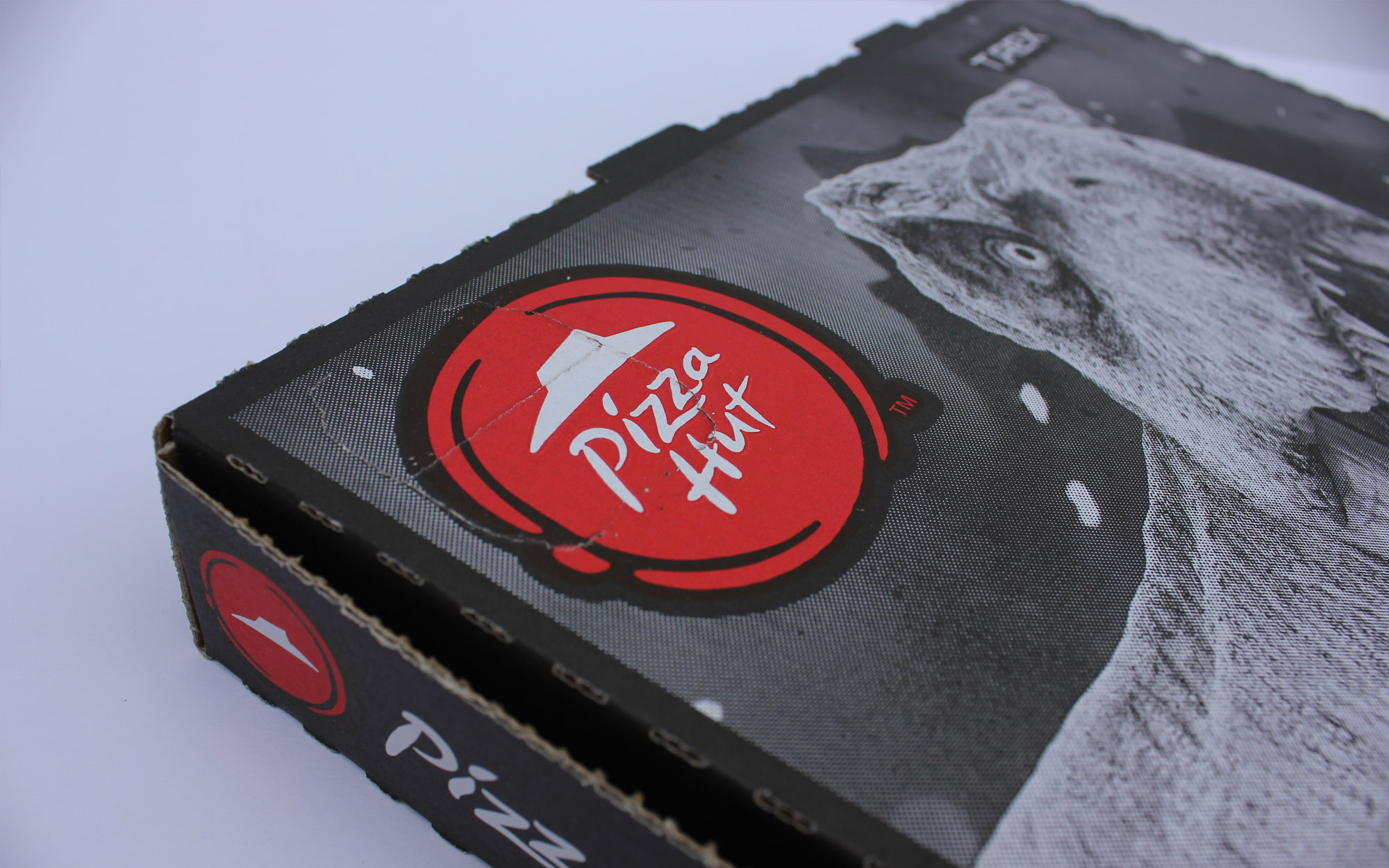matthew_pomorski_graphic_designer_pizza_box_artwork_pizza_hut_jurassic_world_fallen_kingdom_promotion_close_up